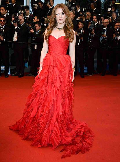 Isla Fisher in a scarlet Oscar de la Renta gown,nice!