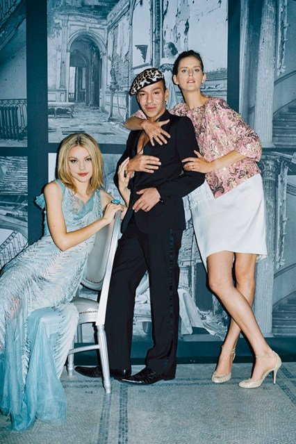fredericke-helwig-dec2007-John-Galliano-Jessica-Stam-Stella-Tennant-p286-v-and-a-couture_426x639