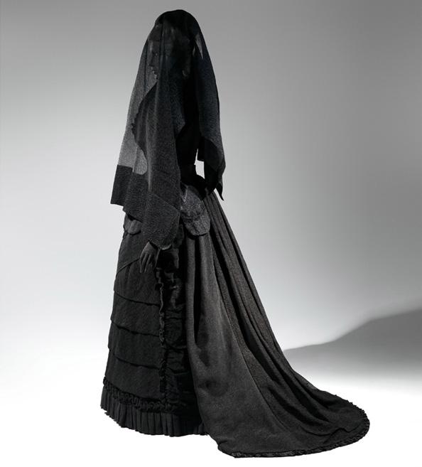 070214-ew-wow-funeral-dressing-594