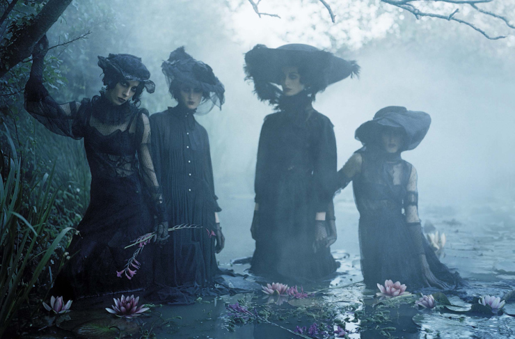 anna-cleveland-christina-carey-erin-o_connor-jamie-bochert-by-tim-walker-for-vogue-italia-december-2015-2