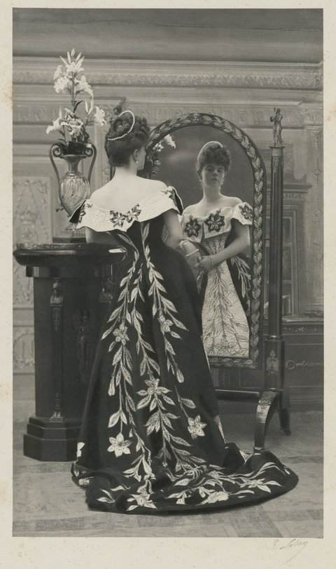 holding-countess-greffulhe