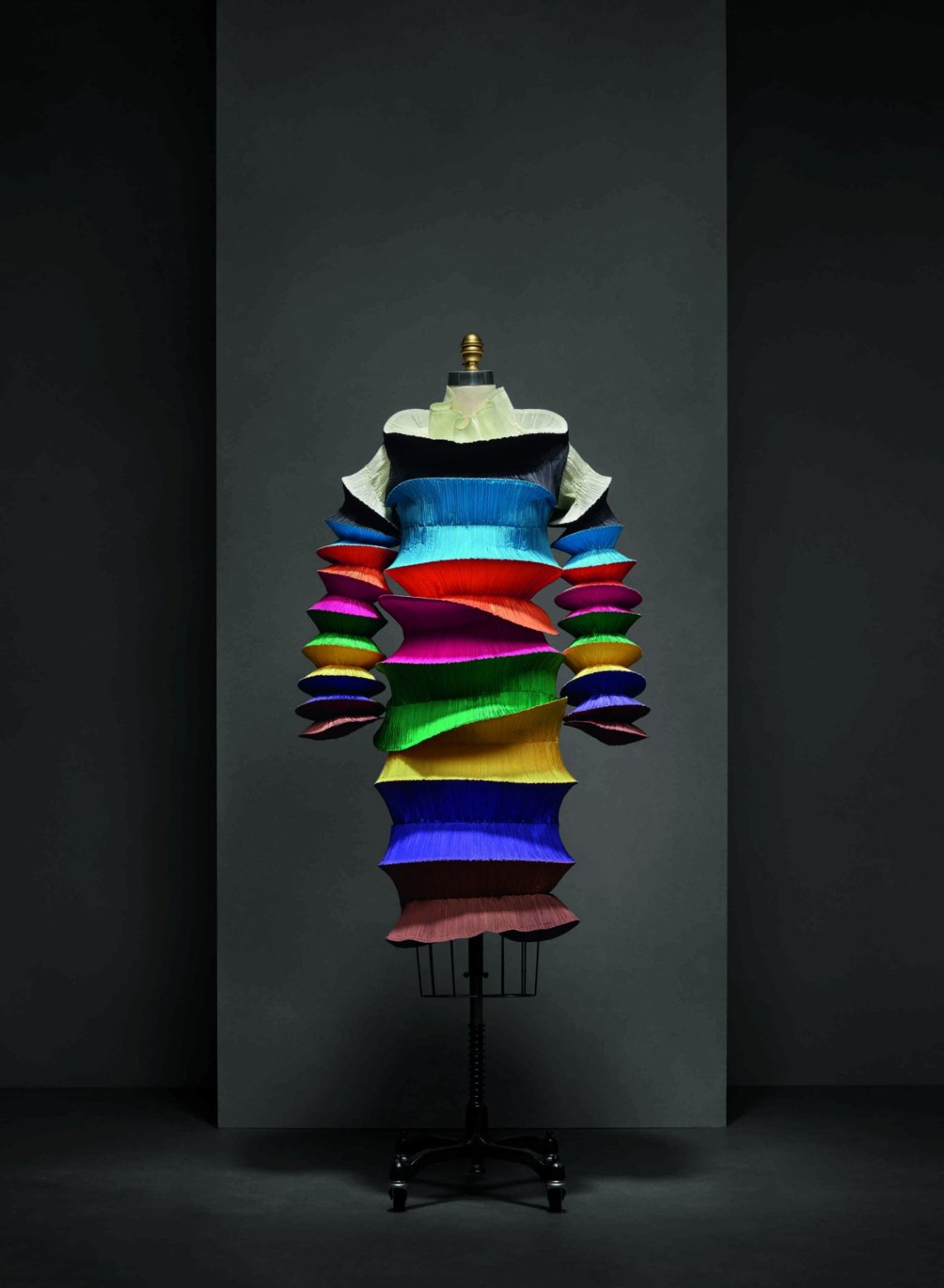 the-flying-saucer-dress-by-issey-miyake-was-pleated-using-a-heated-press-and-can-collapse-into-its-original-circular-shape-with-ease