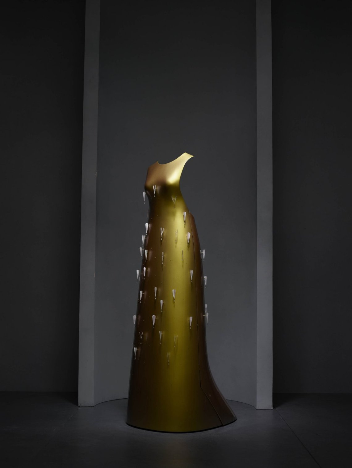 the-kaikoku-floating-dress-by-designer-hussein-chalayan-is-one-of-the-more-high-tech-fashion-pieces-weve-seen-the-dress-has-a-spray-painted-gold-shell-with-little-motors-that-can-be-controlled-via-a-remote-control